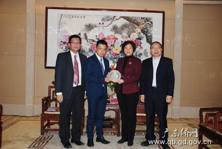 省侨办主任庞国梅(左二)向访问团张柏垣主席((右二)和萧志国(右一)赠送纪念品.JPG