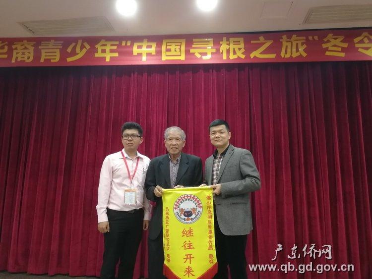 马来西亚广肇会馆与区外事侨务局互赠纪念品.jpg