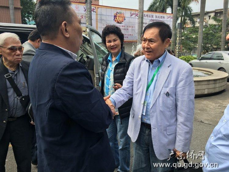 86岁旅泰国乡亲李民亨先生(右一)与家乡亲人团聚.jpg