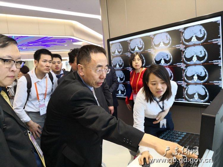 海外华人律师访问团嘉宾在广州开放区参观考察。.jpg