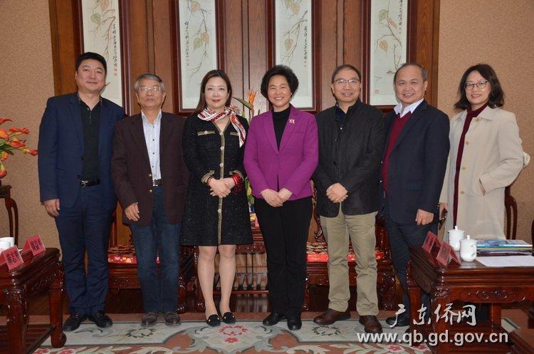 庞国梅副部长(中)会见加拿大深圳社团总会访问团.JPG