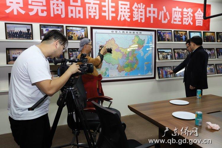 方锡波接受采访,并向访问团代表介绍东莞与南非的经贸交流.JPG