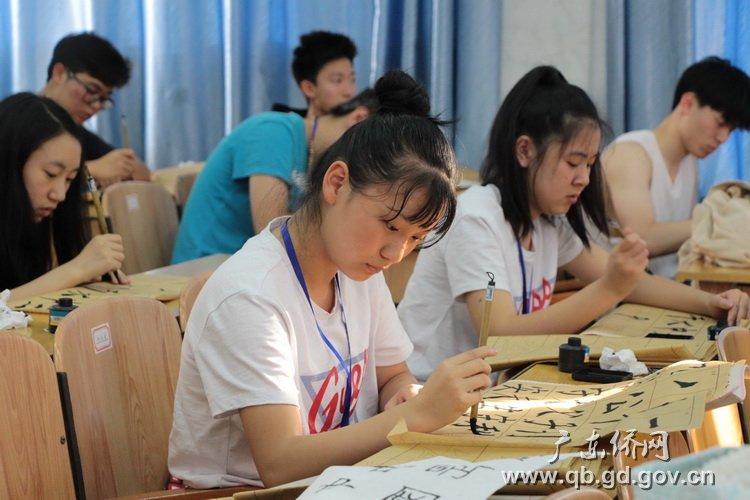 学习中国书法.jpg