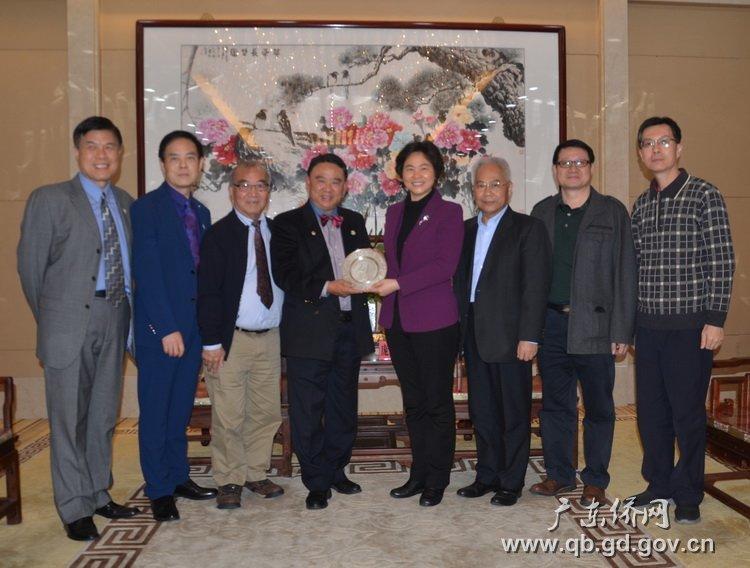2.庞国梅副部长(右四)向协会赠送纪念品.jpg