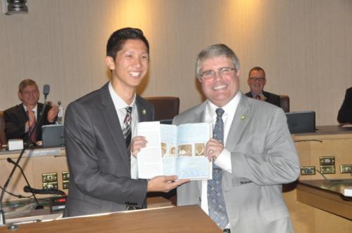 方友明(左)特别赠送葛瑞芬斯米歇尔‧奥巴马的自传,并随书附上市府员工的感谢言论,纪念他为桑尼维尔的贡献。(美国《世界日报》/林亚歆 摄)