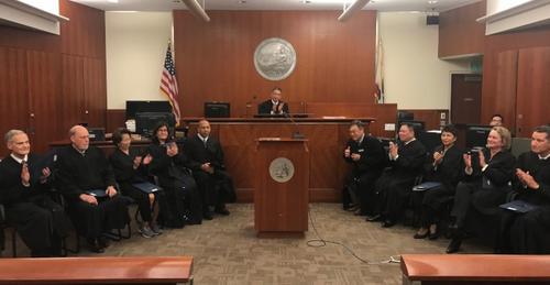 中国侨网13名法官宣誓展开新服务任期,由新任首席法官黄宏威(中)主持。(美国《世界日报》/李秀兰 摄)