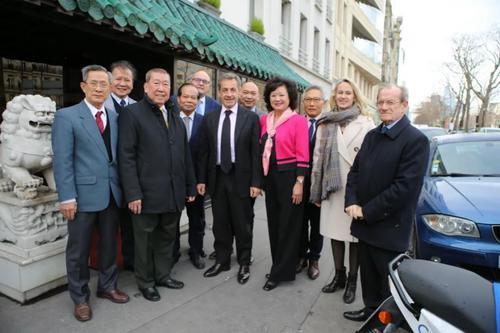 中国侨网萨科齐、上塞纳省耐依市国会议员与法亚共和联盟代表合影。(法国《欧洲时报》/叶葱 摄)