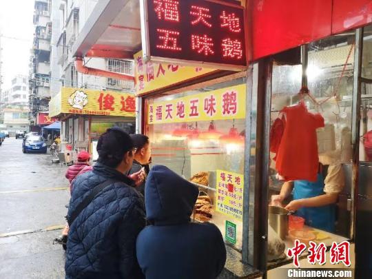 台城富城市场人气最旺的五味鹅摊档 李晓春 摄