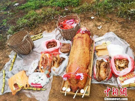 台山人行山祭祖用的食品分量足 李晓春 摄