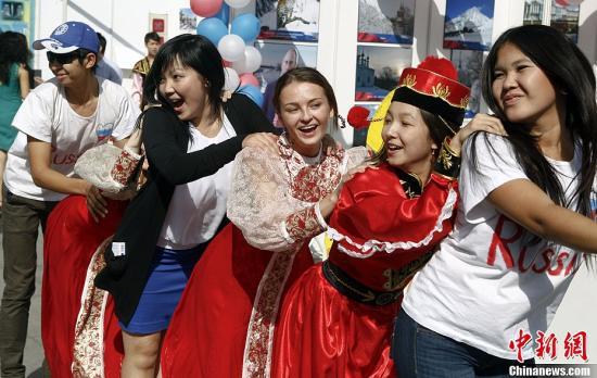10月3日,中国人民大学举行了75周年校庆,图为当日举办的国际文化节上俄罗斯留学生献艺。<a target='_blank' href='http://www.chinanews.com/'>中新社</a>发 张浩 摄