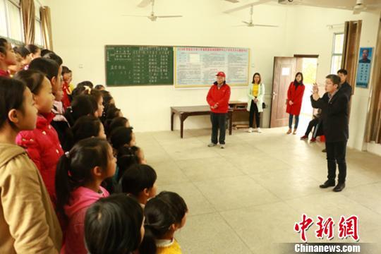 学生们给李体坚献上《七子之歌》。受访者供图