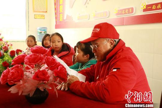 中国侨网李体坚和学生们在交流谈心。受访者供图