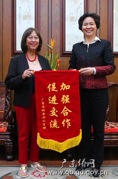 庞国梅副部长(右)会见原多米尼加驻华商代处代表吴玫瑰.jpg
