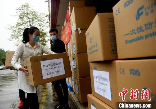 广东知名侨企向马来西亚政府捐赠100万只口罩。 姬东 摄