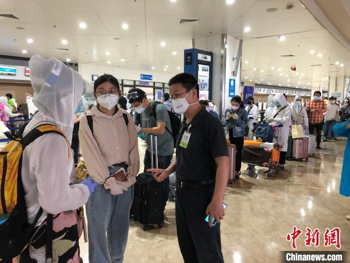 中国驻菲律宾使馆文化参赞田善亭到机场,为99名滞留马尼拉的汉语教师送行。 何乐(通讯员) 摄